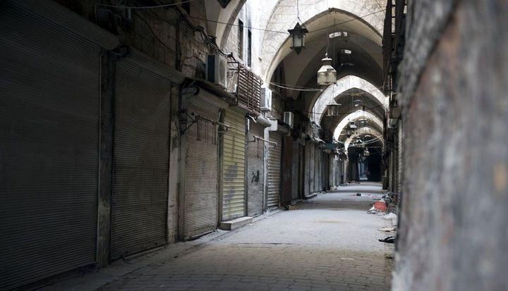 Image des souks de la vieille ville d'Alep en 2012. Les souks, qui figurent parmi les plus beaux du monde, remontent en partie au 14e siècle. Ici, ils sont fermés en raison des combats. Ils ont connu d'importantes destructions. (MIGUEL MEDINA / AFP)