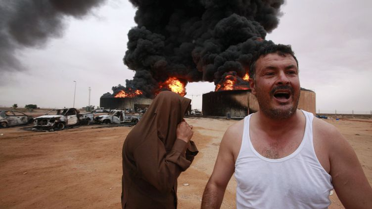 Des habitants de Syrte, en Libye, près du lieu de l'explosion d'un réservoir d'essence, lundi 24 octobre. (YOUSSEF BOUDLAL/REUTERS)