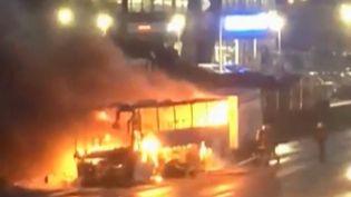 Samedi 9 mars, sur l'autoroute A6 dans l'Essonne, un bus prend feu. À son bord, une cinquantaine d'étudiants, qui sortiront finalement indemnes. (CAPTURE D'ÉCRAN FRANCE 3)