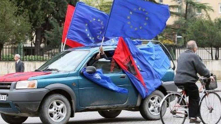 Drapeaux européens et albanais à Tirana en 2010 pour saluer la possibilité de se rendre en Europe sans visa. (GENT SHKULLAKU / AFP)