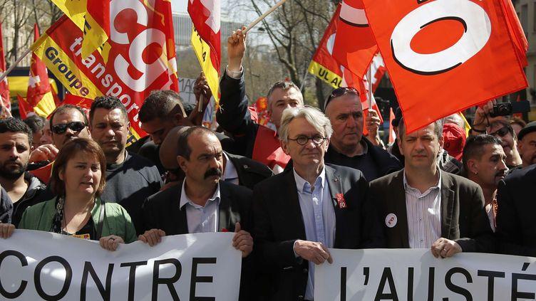Les leaders syndicauxPhilippe Martinez, pour la CGT (à gauche) et Jean-Claude Mailly, deFO, lors de la manifestation contre l'austérité, à Paris, le 9 avril 2015. (FRANCOIS MORI / AP / SIPA )