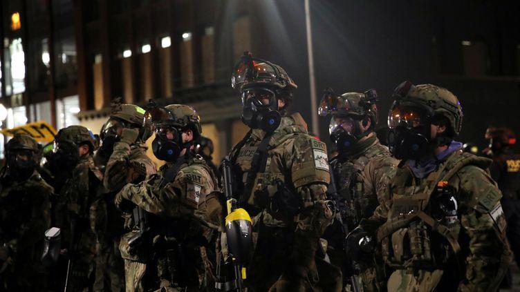 Des agents fédéraux durant le mouvement de protestation contre le racisme et les violences policières à Portland, le 26 juillet 2020. (CAITLIN OCHS / REUTERS)