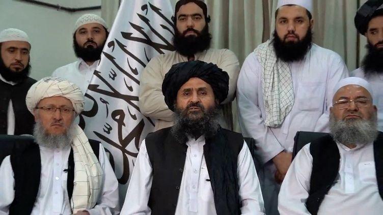 Capture d'écran d'un message vidéo dans lequel Abdul Ghani Baradar (au centre), cofondateurdes talibans, salue la prise de la capitale afghane par le mouvement, le 15 août 2021. (EYEPRESS NEWS / AFP)