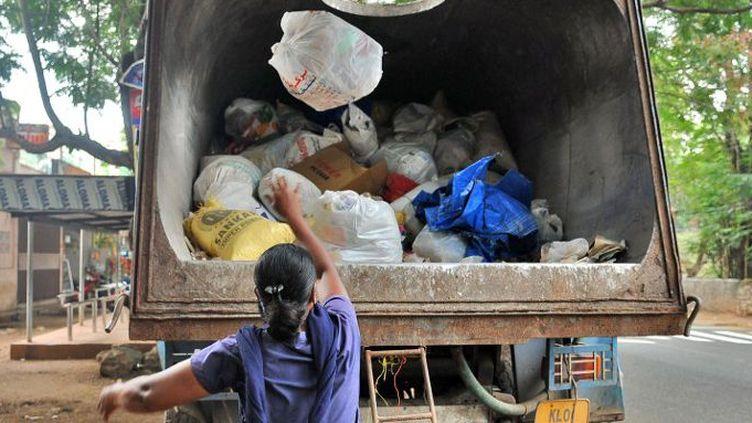 Dansdans le cadre d'une initiative intitulée «Ma ville, belle ville», collecte de plastiques à Trivandrum, au sud-ouest de l'Inde, le 31 août 2016. (The Times of India / Rakesh Nair)