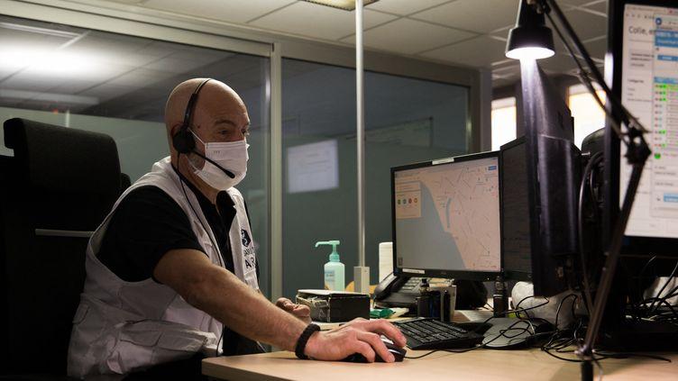 Un infirmier répond au téléphone au centre de régulation d'urgence du Samu à Bordeaux (Gironde), en avril 2020. (LAURENT PERPIGNA IBAN / HANS LUCAS)