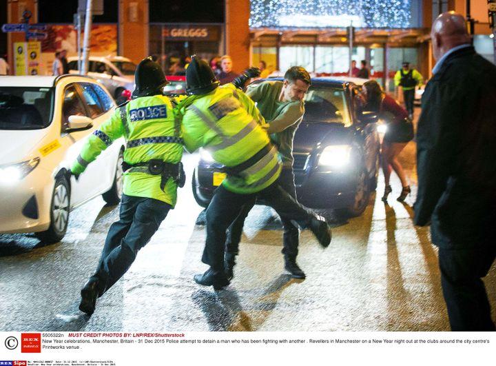 La police tente d'interpeller un homme dans les rues de Manchester (Royaume-Uni), le 31 décembre 2015. (LNP / SHUTTERSTOCK /SIPA)