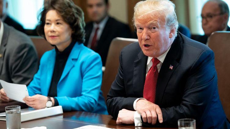 Elaine Chao, ministre des Transports, aux côtés de Donald Trump, le 17 octobre 2018 à Washington (Etats-Unis). (SAUL LOEB / AFP)