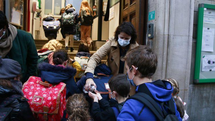 Des élèves d'une école parisienne, lors de la rentrée des classes, le 2 novembre 2020. (QUENTIN DE GROEVE / HANS LUCAS / AFP)