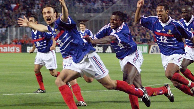 Christophe Dugarry célébrant le premier but de la Coupe du monde 1998 face à l'Afrique du Sud au stade Vélodrome de Marseille, le 12 juin 1998. (PATRICK HERTZOG / AFP)
