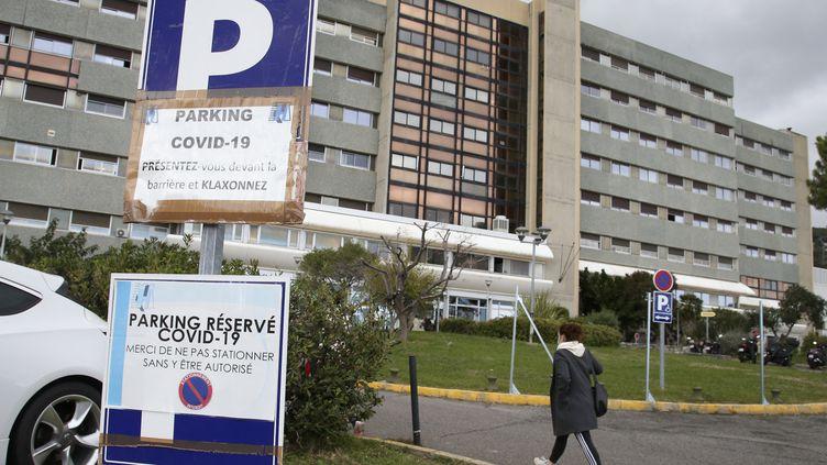 Le parking réservé aux patients atteints de Covid-19 à l'hôpital de Bastia (Corse), le 21 octobre 2020. (PASCAL POCHARD-CASABIANCA / AFP)