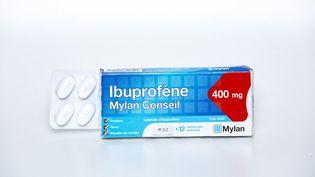 Une boîte d'ibuprofène le 14 mars 2020, à Paris. (ANTOINE KREMER / HANS LUCAS / AFP)