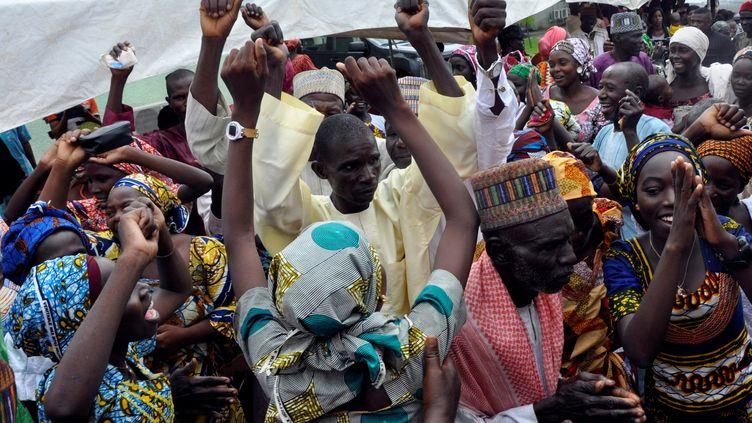 Vingt-et-un lycéennes libérées de plus de deux ans de captivité par les jihadistes de Boko Haram fêtent les retrouvailles avec leurs familles, le 16 octobre 2016 à Abuja (Nigeria). (SODIQ ADELAKUN / AFP)