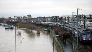 Le parking de la gare RER est inondé à Villeneuve-Saint-Georges (Val-de-Marne), le 23 janvier 2018. (MAXPPP)