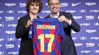 Le président du FC Barcelone de l'époque,Josep Maria Bartomeu, tout sourire au moment de présenter Antoine Griezmann à la presse, le 14 juillet 2019. (ADRIA PUIG / ANADOLU AGENCY / AFP)