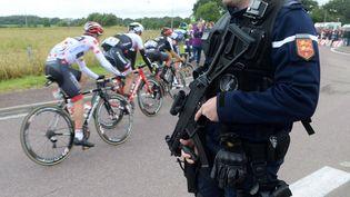 Un gendarme sur une étape du Tour de France, le 3 juillet 2016, dans la Manche. (MAXPPP)