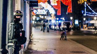Un policier se tient sur la scène de la fusillade à Strasbourg (Bas-Rhin), le 11 décembre 2018. (ABDESSLAM MIRDASS / AFP)