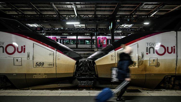 Une voyageuse sur le quai de la gare de l'Est à Paris, le 23 décembre 2019. (STEPHANE DE SAKUTIN / AFP)