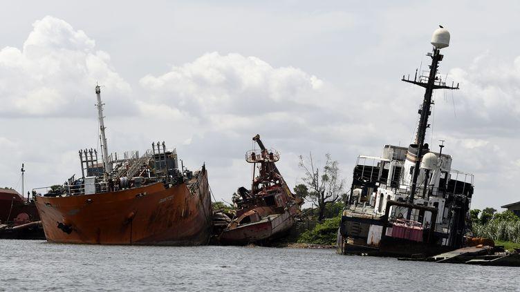 Des carcasses de vieux bateaux jonchent la lagune de Lagos, au Nigeria, cimetière marin anarchique. (PIUS UTOMI EKPEI / AFP)