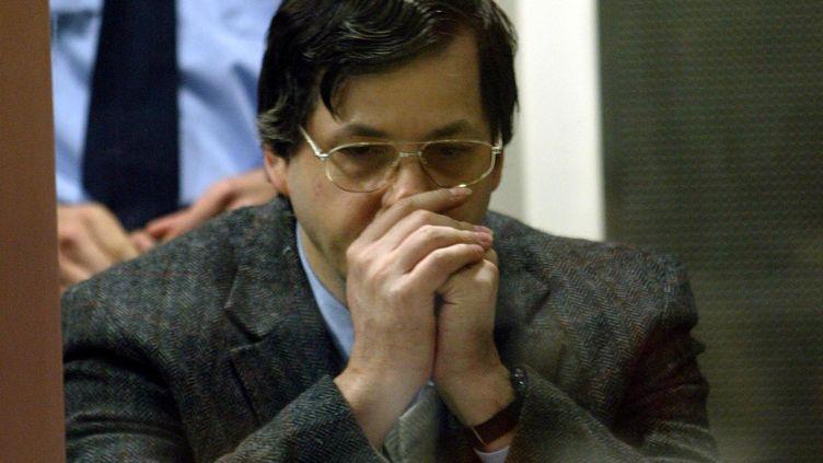 Le pédophile Marc Dutroux lors de son procès, le 27 mai 2004 à Arlon (Belgique). (AFP)