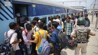 Des centaines de personnesquittentSrinagar le 4 août, à la veille de l'annonce du gouvernement indien de mettre fin à l'autonomie du Cachemire. (STR / AFP)