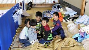 Des enfants évacués de la zone autour de Fukushima après le séisme du 11 mars (28 mars 2011) (AFP / Toshifumi Kitamura)