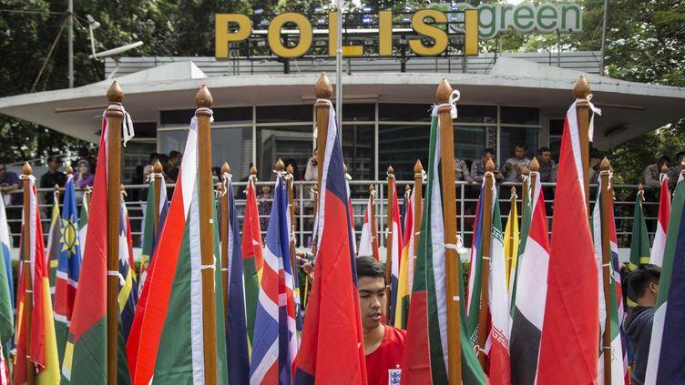 Devant le bâtiment de la police indonésienne à Nusa Dua, les drapeaux des pays qui ont assisté à l'Assemblée générale d'Interpol qui s'est tenue à Bali, du 7 au 10 novembre 2016. (Donal Husni / NurPhoto)