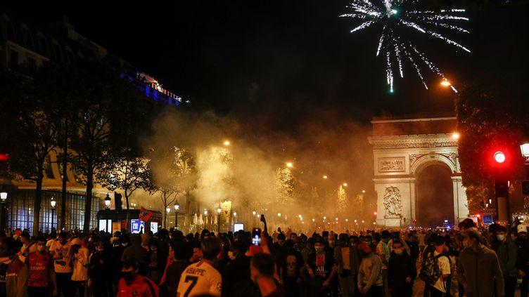 Les supporters du PSG se sont réunis en nombre dimanche 23 août sur les Champs-Élysées à Paris. (SAMEER AL-DOUMY / AFP)