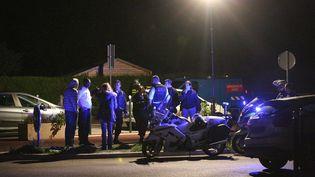 Un attroupement depoliciers et d'habitants à Magnanville(Yvelines), dans la nuit du 13 au 14 juin 2016, près du domiciled'un couple de policiers tué la veille. (MAXPPP)