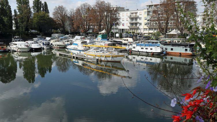 Le port de plaisance de Mulhouse situé sur le canal du Rhône au Rhin, en face de la gare SNCF de Mulhouse. (THIERRY GACHON / MAXPPP)