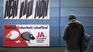 """Une affiche en faveur du oui à la votation""""pour le renvoi effectif des étrangers criminels"""", le 9 février 2016 à Zurich (Suisse). (ENNIO LEANZA / AP / SIPA)"""