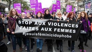 Le 24 novembre 2018, des femmes sont descendues dans la rue à Paris pour dénoncer lesféminicides, en présence notamment deMurielle Robin et d'Éva Darlan. (CHRISTOPHE MORIN / MAXPPP)