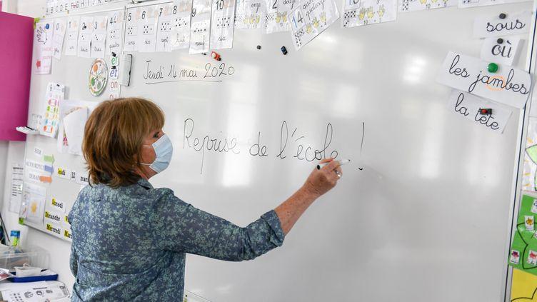 Préparation de la reprise des cours dans une école élémentaire de Villeurbanne (Rhône), le 11 mai 2020. (JOEL PHILIPPON / MAXPPP)