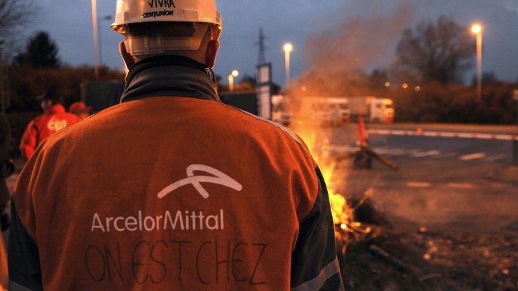 Des ouvriers de l'usine ArcelorMittal bloquent l'accès au site de Florange (Moselle), le 8 mars 2012. (JEAN-CHRISTOPHE VERHAEGEN / AFP)
