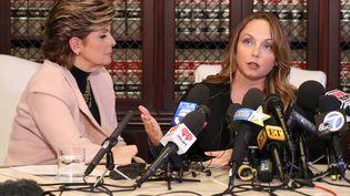 Louisette Geiss (à droite) et son avocate Gloria Allred donnent une conférence de presse sur l'affaire Weinstein, à Los Angeles (États-Unis), le 10 octobre 2017. (LUCY NICHOLSON / REUTERS)