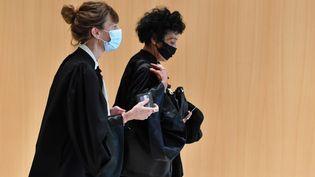 Les avocates Zoe Royaux (à gauche) et Isabelle Coutant-Peyre (à droite) arrivent au palais de justice de Paris, le 2 septembre 2020, pour le procès des attentats de 2015. (ALAIN JOCARD / AFP)