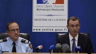 Le Colonel Pascal Claisse (à gauche) et le procureur de Chambéry,Thierry Dran (à droite), le 20 décembre 2017. (JEAN-PHILIPPE KSIAZEK / AFP)