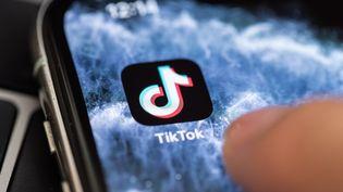 """TikTok, application indispensable désormais pour booster sa """"popularité"""". (HAYOUNG JEON / EPA)"""