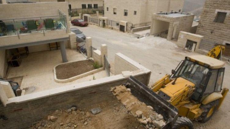 Des ouvriers palestiniens travaillent sur un chantier de colonisation juive à Ramat Shlomo, à Jérusalem-Est (10/05/2010) (AFP / Ahmad Gharabli)