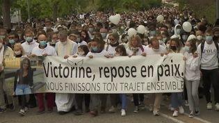 Mort de Victorine : une marche blanche à Villefontaine en hommage à la jeune fille (France 2)