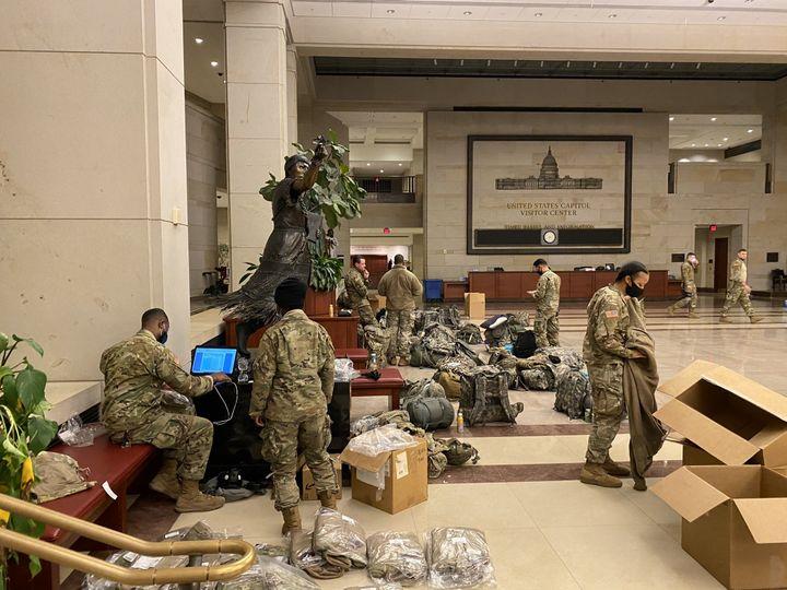 Des centaines de soldats américains de la Garde nationale sont déployés au Capitole à Washington. (GREGORY PHILIPPS / RADIO FRANCE)