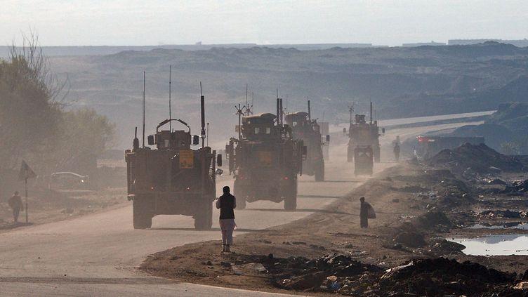 Des militaires américains sur la route reliant Kaboul à Bagram (Afghanistan), le 25 mars2012. (MASSOUD HOSSAINI / AFP)
