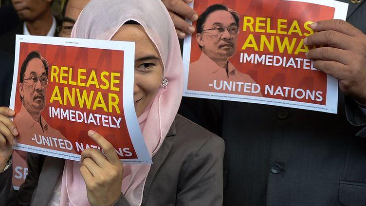 En septembre 2015, la fille d'Anwar Ibrahim, députée populaire de l'opposition malaisienne,avait lancé un appel à l'ONU et aux Etats-Unis pour faire libérer son père, qu'elle considère comme un prisonnier politique. Elle avait alors rencontré à Washington des responsables de la Maison Blanche, du département d'Etat et des élus du Congrès, comme le sénateur républicain John McCain.Dans les années 90, Anwar Ibrahim, aujourd'hui âgé de 68 ans, fut le vice-Premier ministrede Mahathir Mohamad, qui a gouverné la Malaisie jusqu'en 2003. Aujourd'hui, sous la gouvernance de Najib Razak, le régime malaisien a durci la répression à l'encontre de ses opposants. (MOHD RASFAN / AFP)