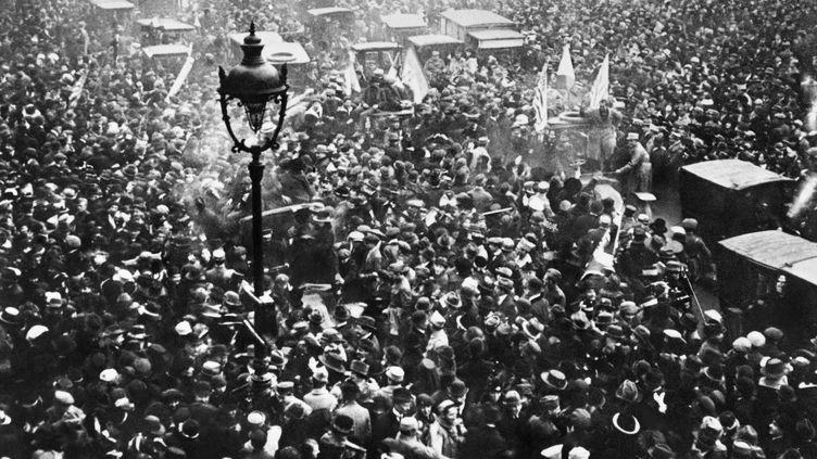 La foule des parisiens manifeste sa joie sur les Grands Boulevards à Paris, le 11 Novembre 1918, à l'annonce de la signature de l'armistice entre l'Allemagne et les Alliés. (STR / AFP)