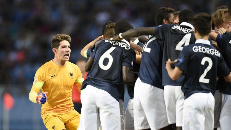 Les Bleuets célèbrent leur victoire en finale de l'Euro 2015 des moins de 17 ans, à Burgas, en Bulgarie, vendredi 22 mai 2015. (DIMITAR DILKOFF / AFP)