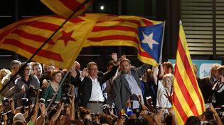 Les leaders indépendantistes catalans, vainqueurs des élections régionales en Catalogne, rassemblés à Barcelone (Espagne),le 27 septembre 2015. (MANU FERNANDEZ / AP / SIPA)