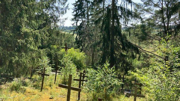 Le cimetièreabandonné avec ses croix en bois. (MATHILDE ANSQUER / RADIOFRANCE)