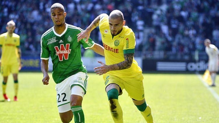 Vincent Bessat (Nantes) au duel avec Kevin Monnet-Paquet (Saint-Etienne) (JEFF PACHOUD / AFP)