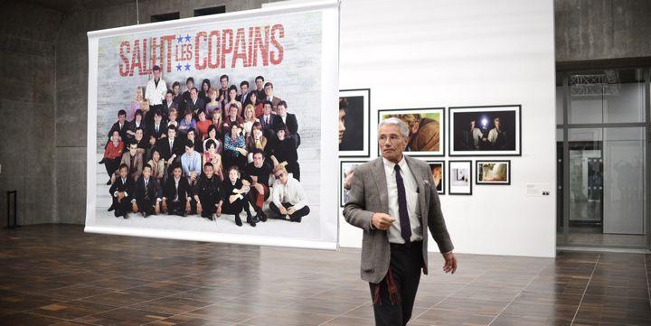 Jean-Marie Périer, devant la célèbre photo regroupant tous les grands noms de la musique française pour le magazine Salut les copains!  (JULES BOUDIER/CULTUREBOX)