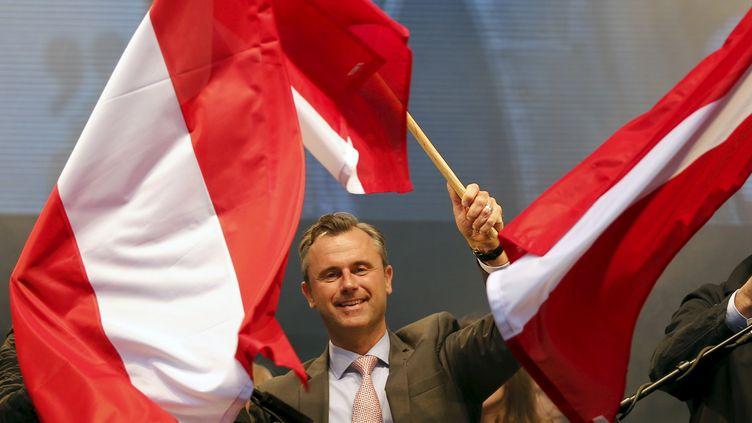 Norbert Hofer, le candidat duParti de la liberté (FPÖ, extrême droite), exulte après son score au premier tour de l'élection présidentielle autrichienne, le 22 avril 2016, à Vienne. (LEONHARD FOEGER / REUTERS)
