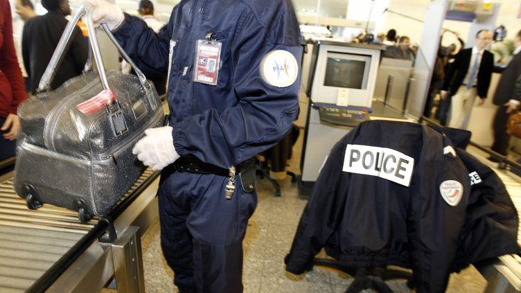 Les policiers se sont substitués aux agents de sécurité à l'aéroport de Roissy, le jeudi 22 décembre 2011. (FRANCOIS GUILLOT / AFP)